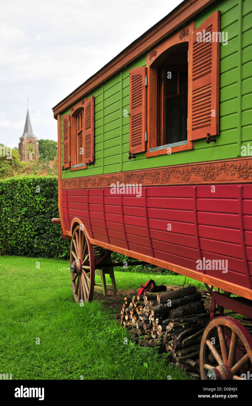 OUT-OF-THE-ORDINARY STAY IN A GYPSY CARAVAN GITE IN THE VILLAGE OF TROUSSURES OISE (60) FRANCE - Stock Image
