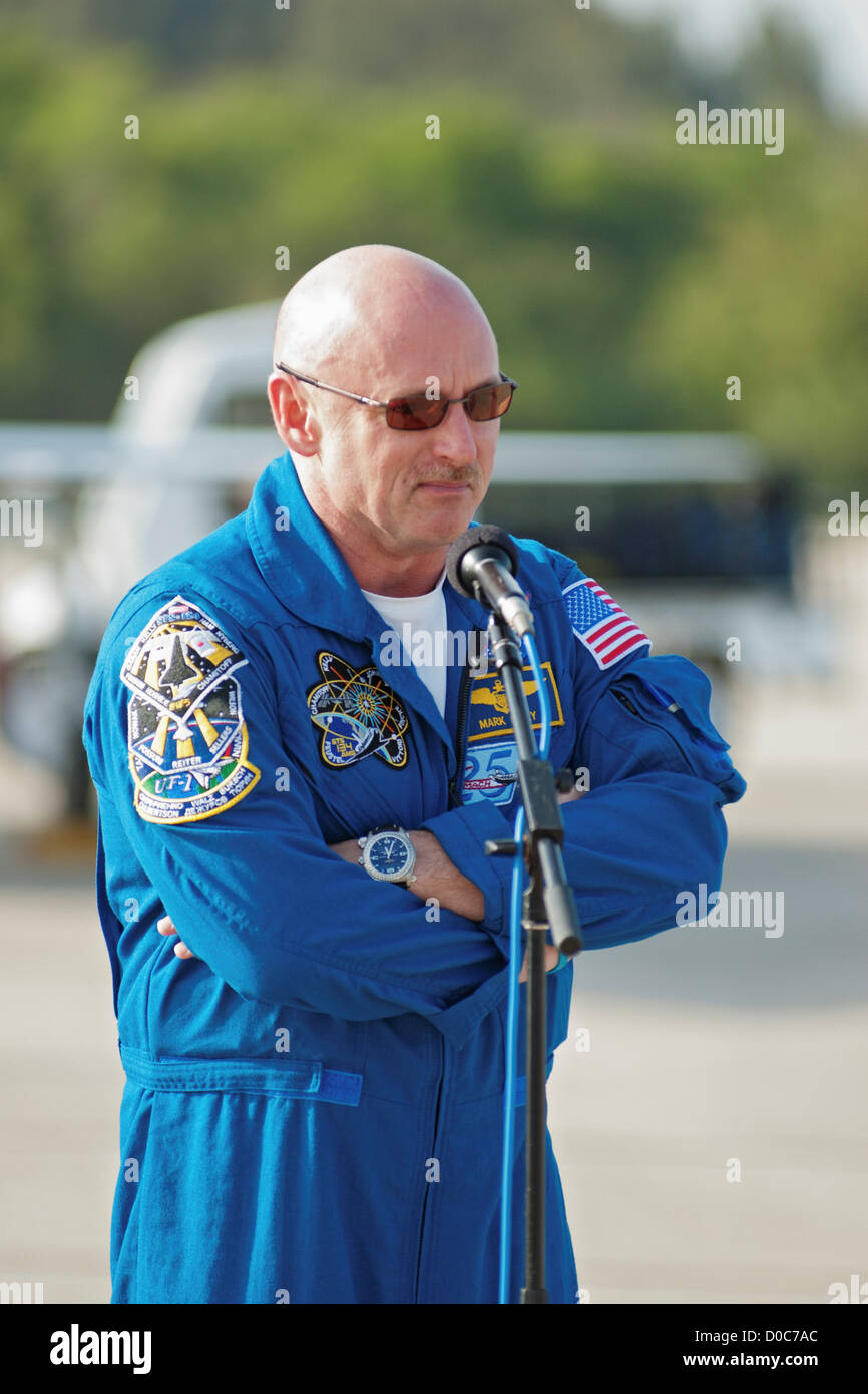 STS-134 Shuttle Commander Mark Kelly, husband of wounded congresswoman Gabirelle Giffords, speaks to the media. - Stock Image