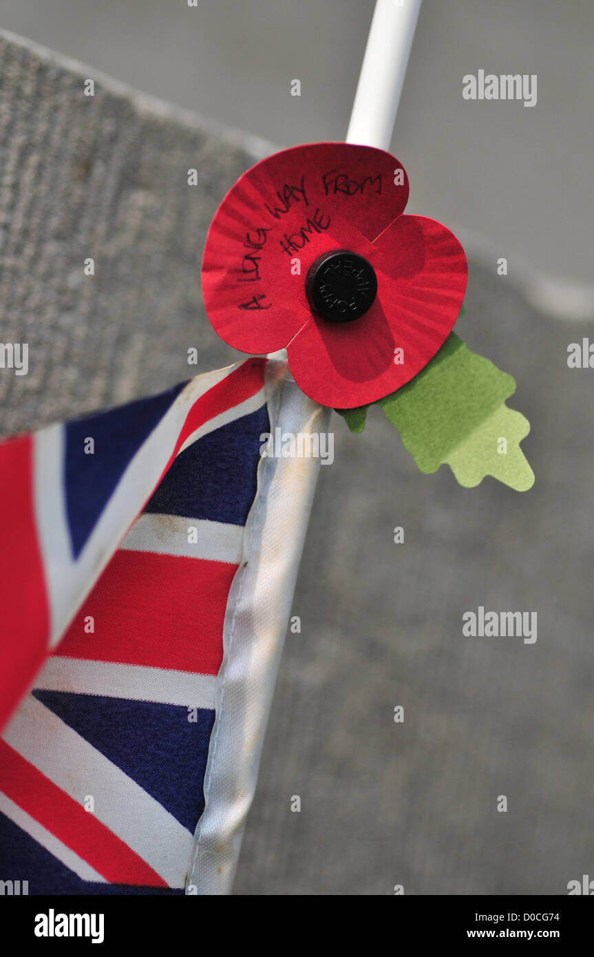 PAPER POPPY SOLDIER'S SYMBOL BRITISH FLAG COMMONWEALTH CEMETERY FOR BRITISH SOLDIERS KILLED DURING FIRST WORLD - Stock Image