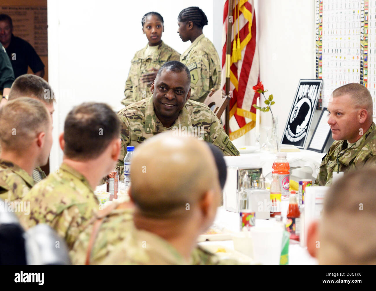 Gen. Lloyd J. Austin III, Vice Chief of Staff, U.S. Army, meets with Soldiers, which he regularly describes as the - Stock Image