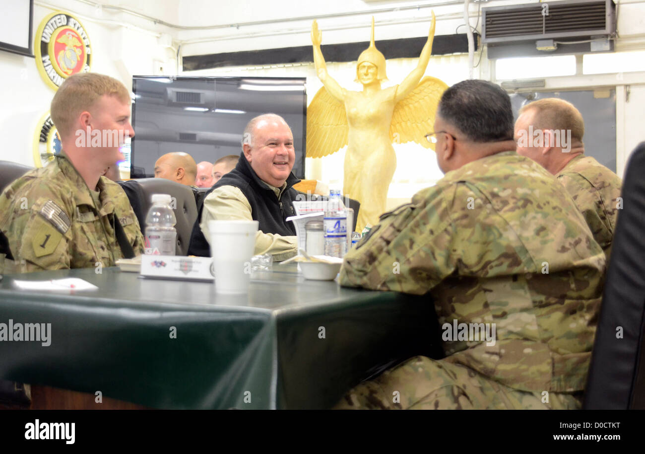 Under Secretary of the Army Joseph W. Westphal, meets with Soldiers from Combined Joint Task Force -1 over breakfast - Stock Image