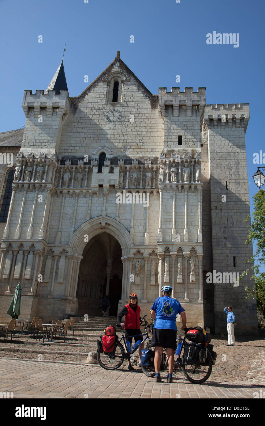 CYCLISTS IN FRONT OF THE COLLEGIATE CHURCH OF CANDES-SAINT-MARTIN 'LOIRE A VELO' CYCLING ITINERARY INDRE - Stock Image