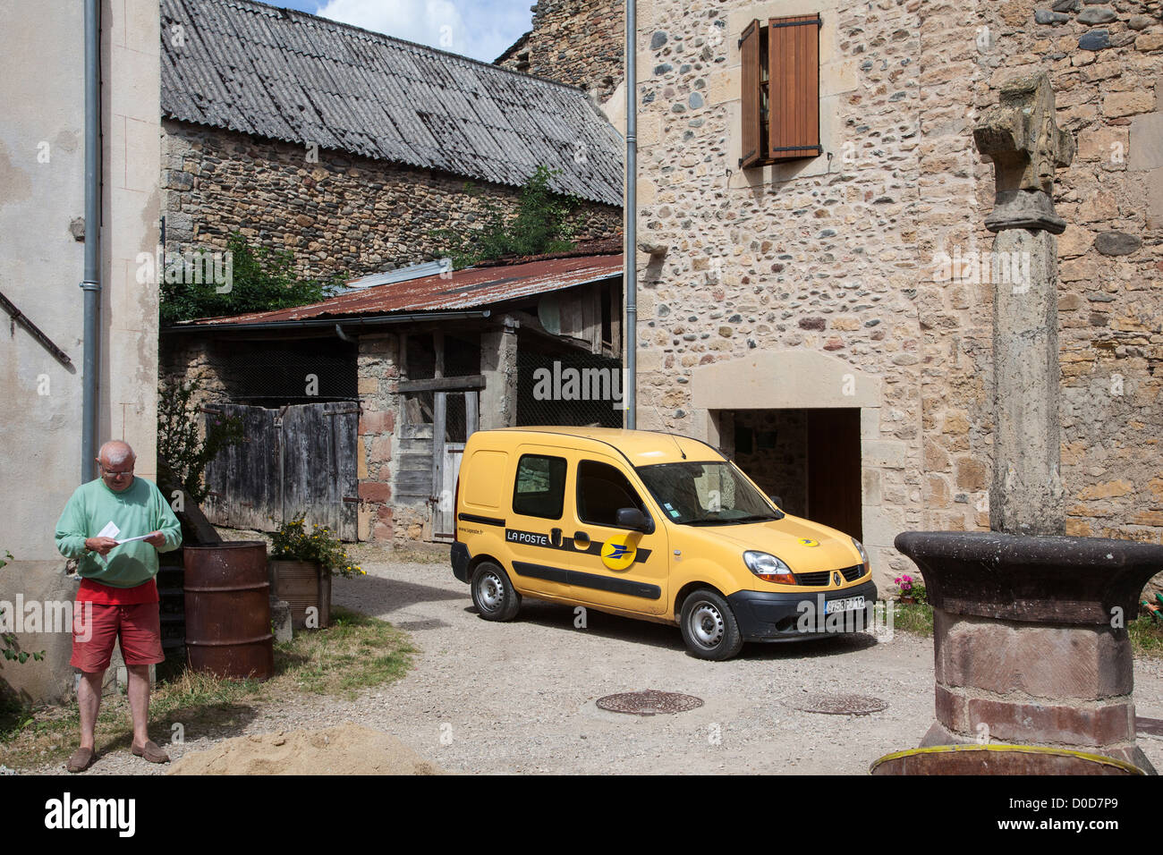 POSTAL VAN IN THE FORTIFIED HAMLET OF FLAUJAC ESPALION AVEYRON (12) FRANCE - Stock Image