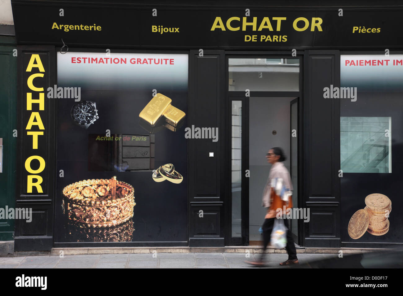 REPURCHASING OF GOLD ITEMS RUE DES FRANCS-BOURGEOIS PARIS (75) FRANCE - Stock Image