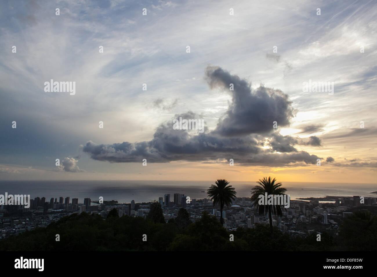 Epic cloud over the Honolulu, Hawaii skyline - Stock Image
