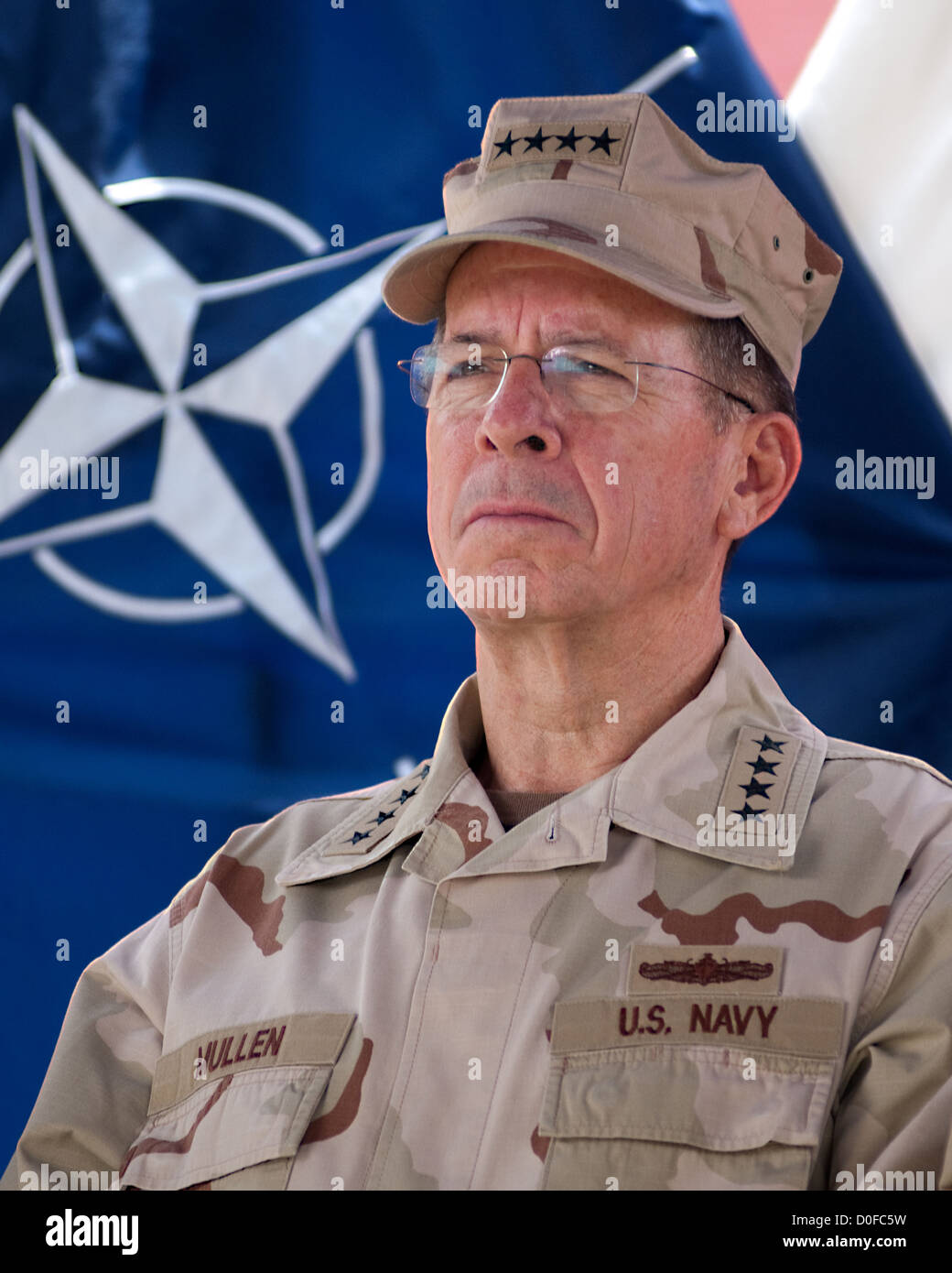 US Navy Admiral Mike Mullen, Chairman of the Joint Chiefs of Staff looks on as General David Petraeus speaks to - Stock Image