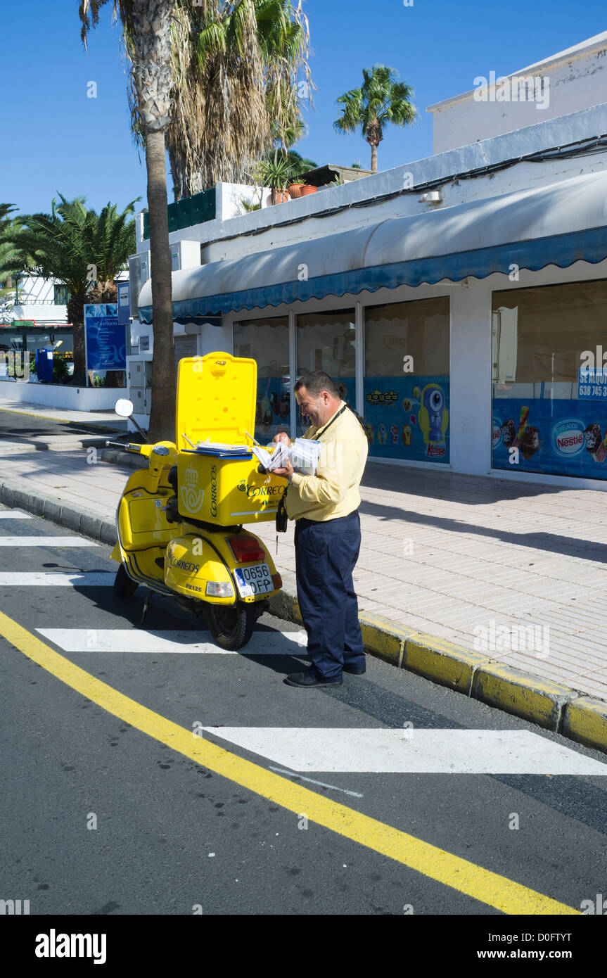 dh Postman POSTAL SPAIN Spannish postman delivering letters yellow post scooter Lanzarote - Stock Image