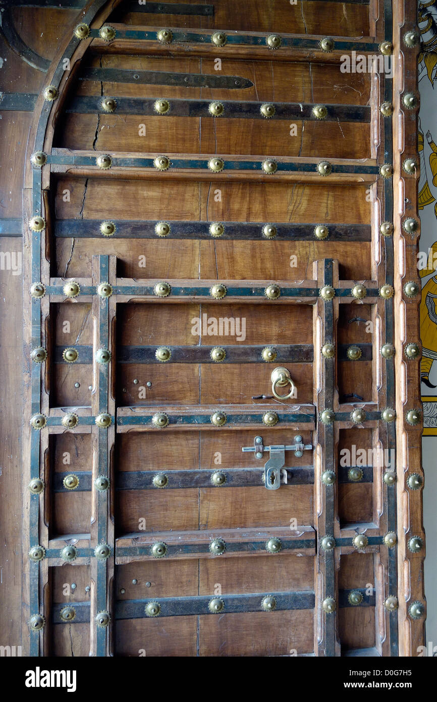 Doortraditionalentrancewoodenreinforced\ door latch\ ornamentaldecorative & Doortraditionalentrancewoodenreinforced\