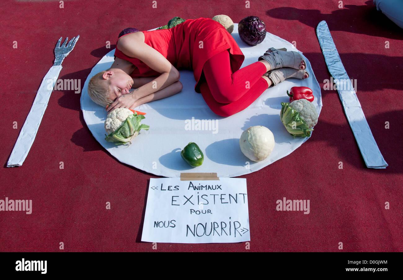 Les animaux  existent pour nous Nourrir  Animals exist for us Feed Feeding Nurturing Nourishing Nourish France Paris - Stock Image