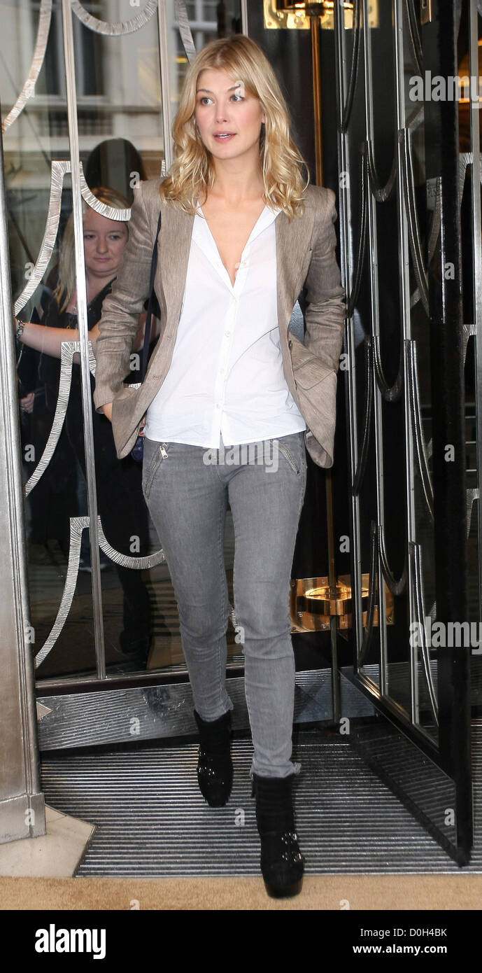 Rosamund Pike leaving her hotel London, England - 21.09.10 - Stock Image