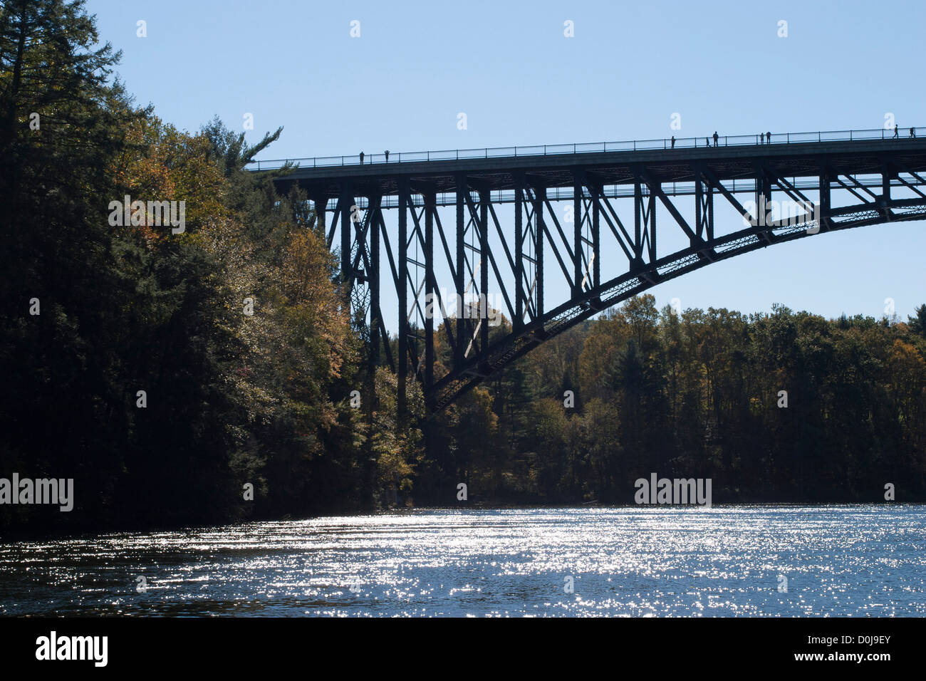 French King Bridge, a large steel-frame arch bridge built in 1931/32,  spans the Connecticut River in Northfield - Stock Image