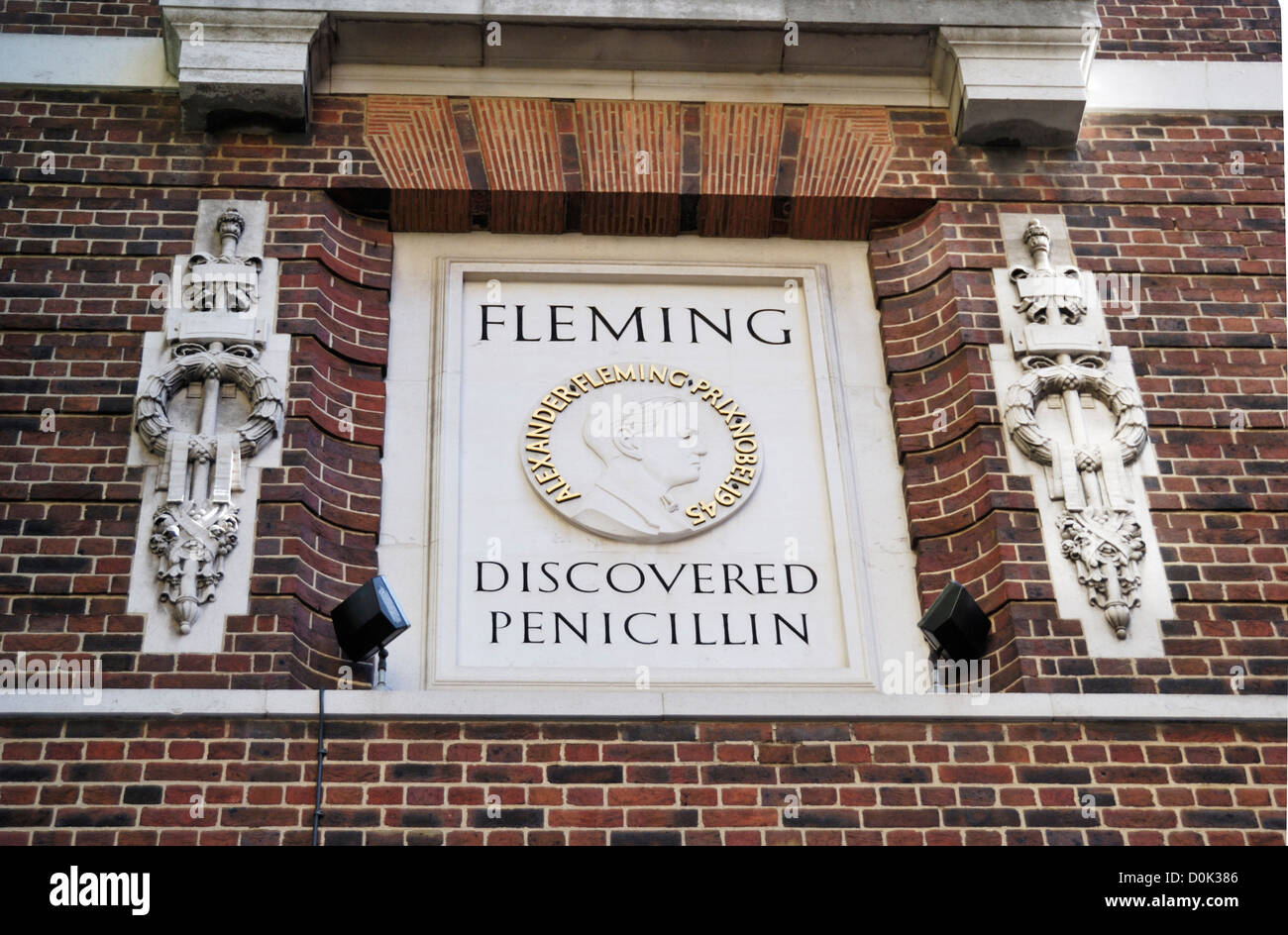 Stone plaque commemorating the discovery of penicillin by Sir Alexander Fleming at St Marys Hospital. - Stock Image