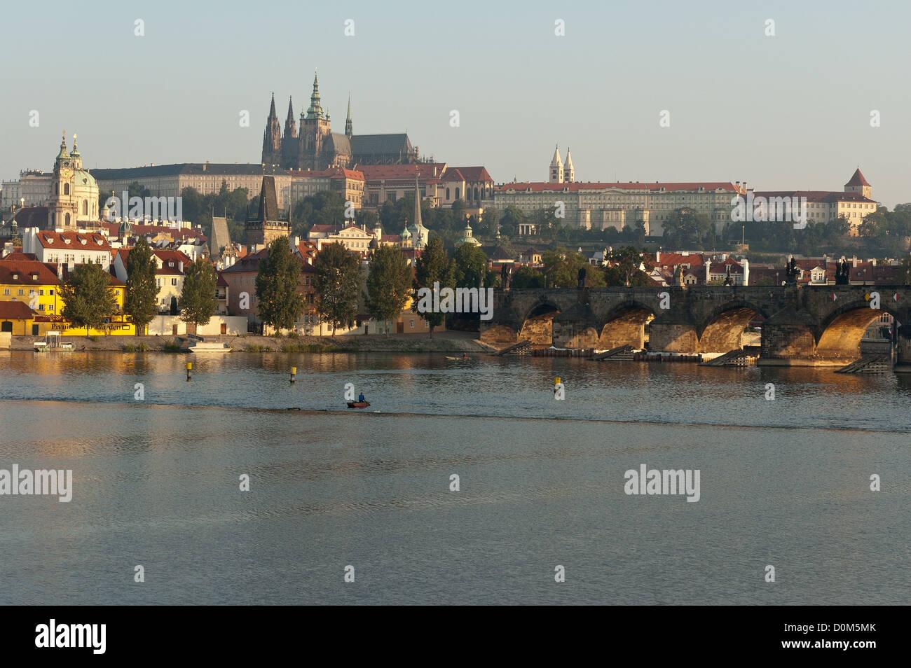 Elk188-1076 Czech Republic, Prague, Vltava river with Prague Castle, 9th-20th c, and St Vitus Cathedral - Stock Image