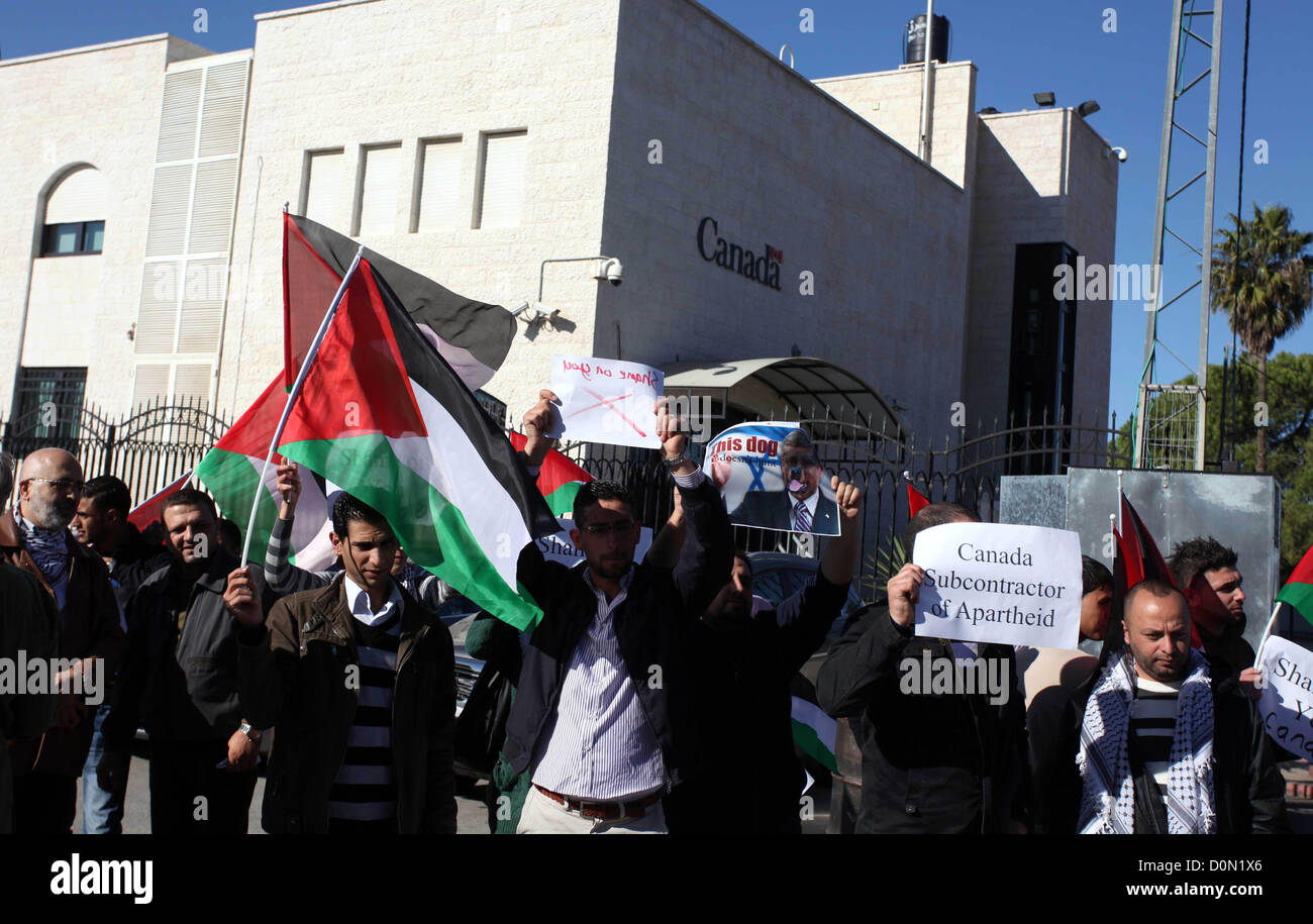 Nov. 28, 2012 - Ramallah, West Bank, Palestinian Territory - Palestinians hold national flags and a poster of Canadian - Stock Image