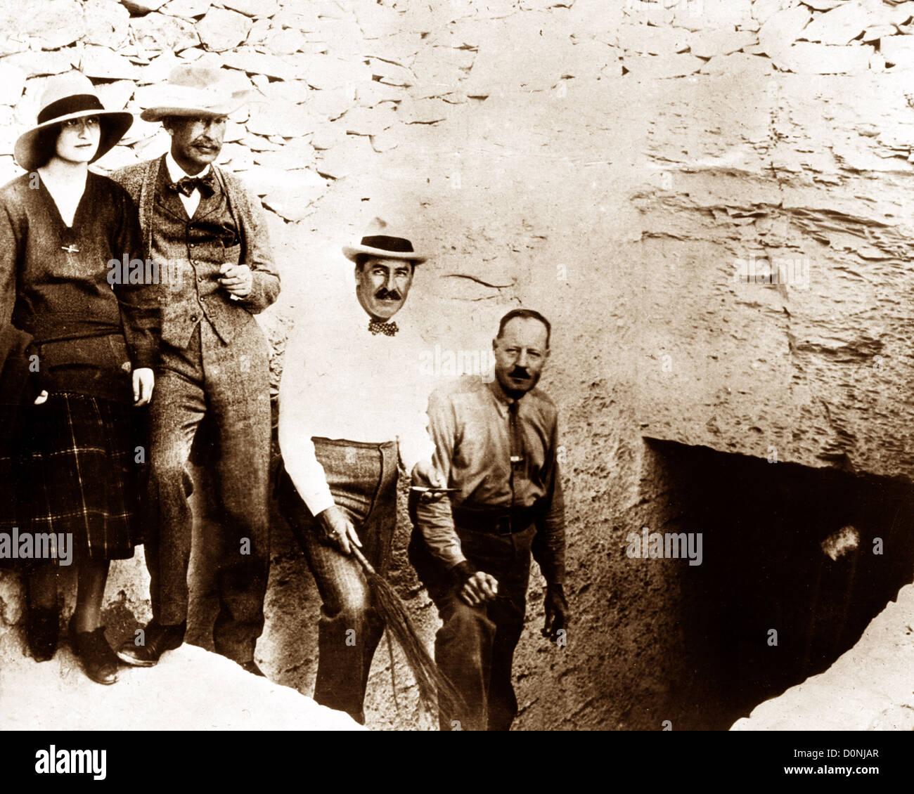 Howard Carter and Lord Carnarvon at the entrance to Tutankhamun Tomb - Stock Image