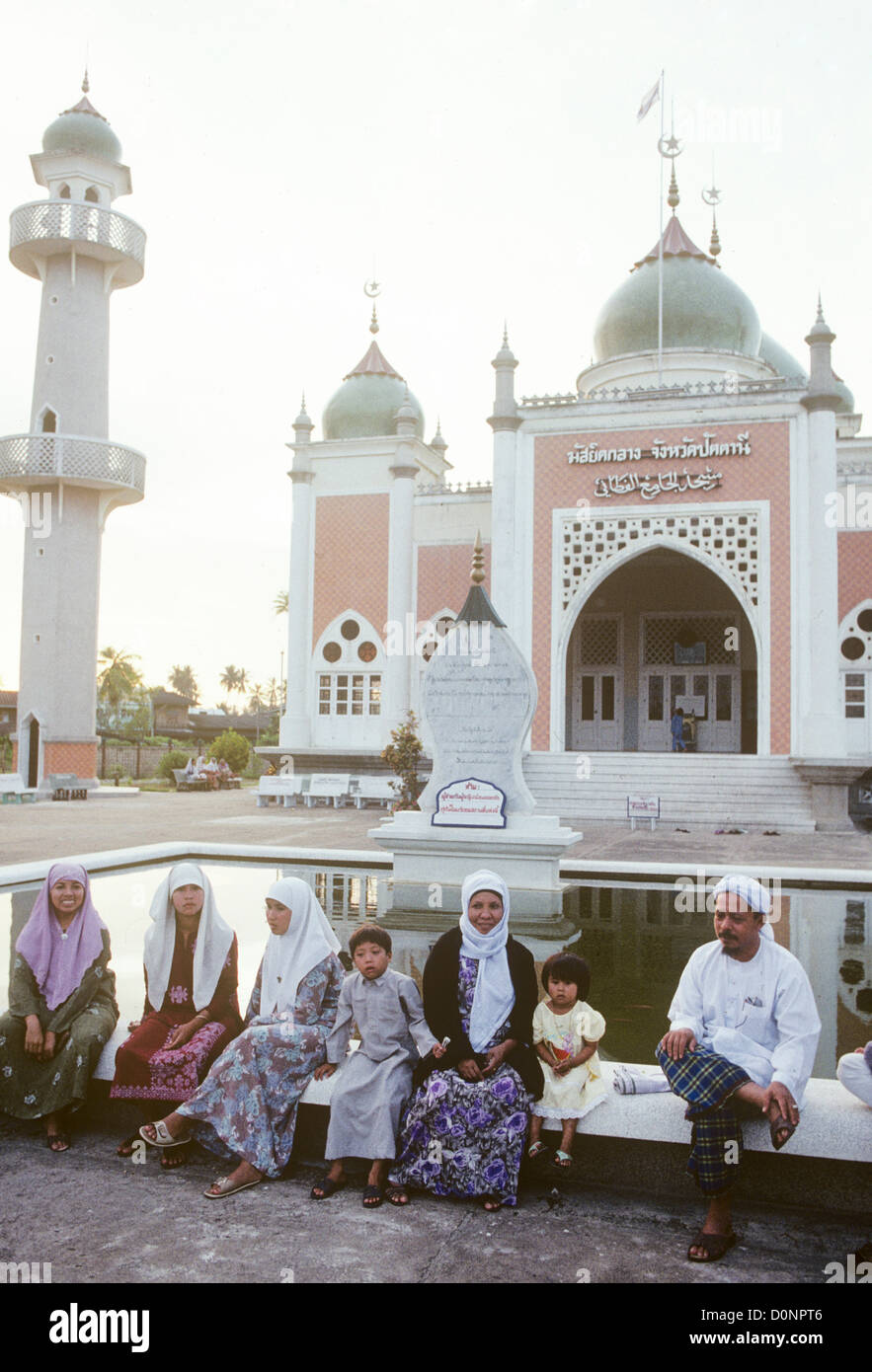 Thai Muslims sit by pool in compound of Pattani Mosque in Southern Thailand in South East Asia - Stock Image