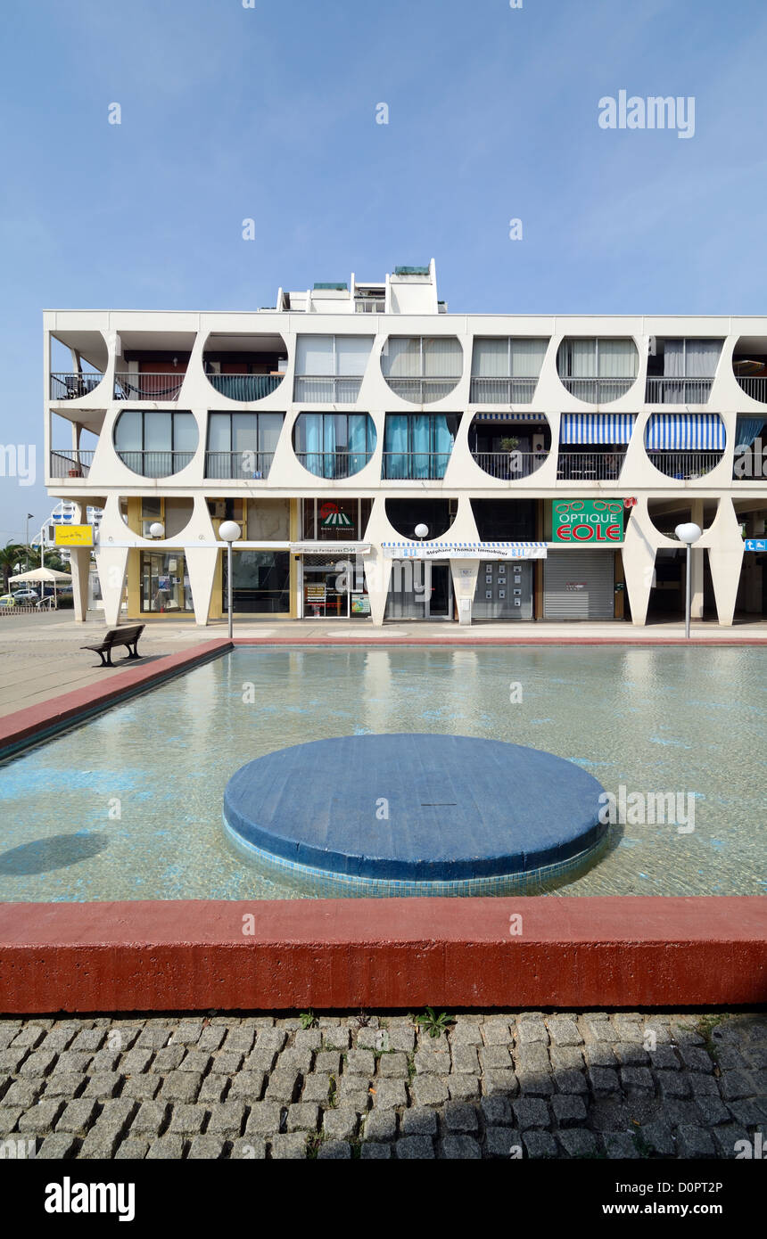 Delta Building (1971) by Jean Balladur Town Square and Pool La Grande-Motte Hérault France - Stock Image