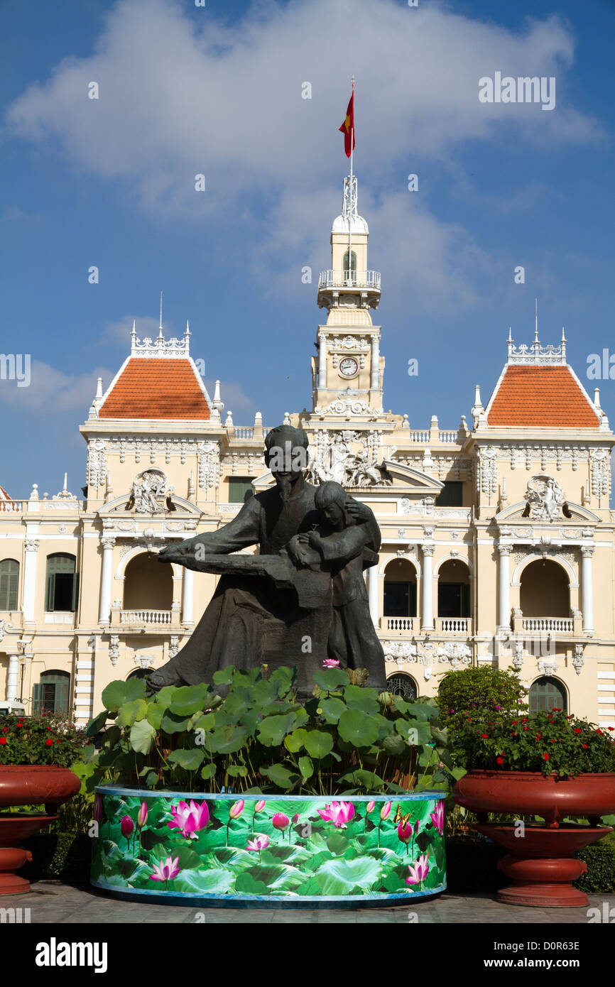 Statue of Ho Chi Minh in front of the People's Committee Building in the city that bears his name. Vietnam. - Stock Image