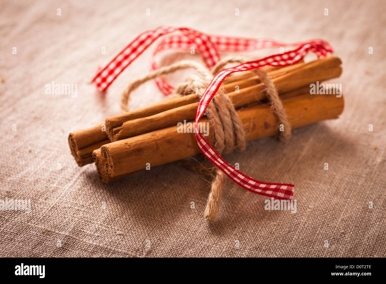 Decorative, sparse christmas arrangement with greeting card copyspace for 'Merry Christmas'-text. Cinnamon - Stock Image