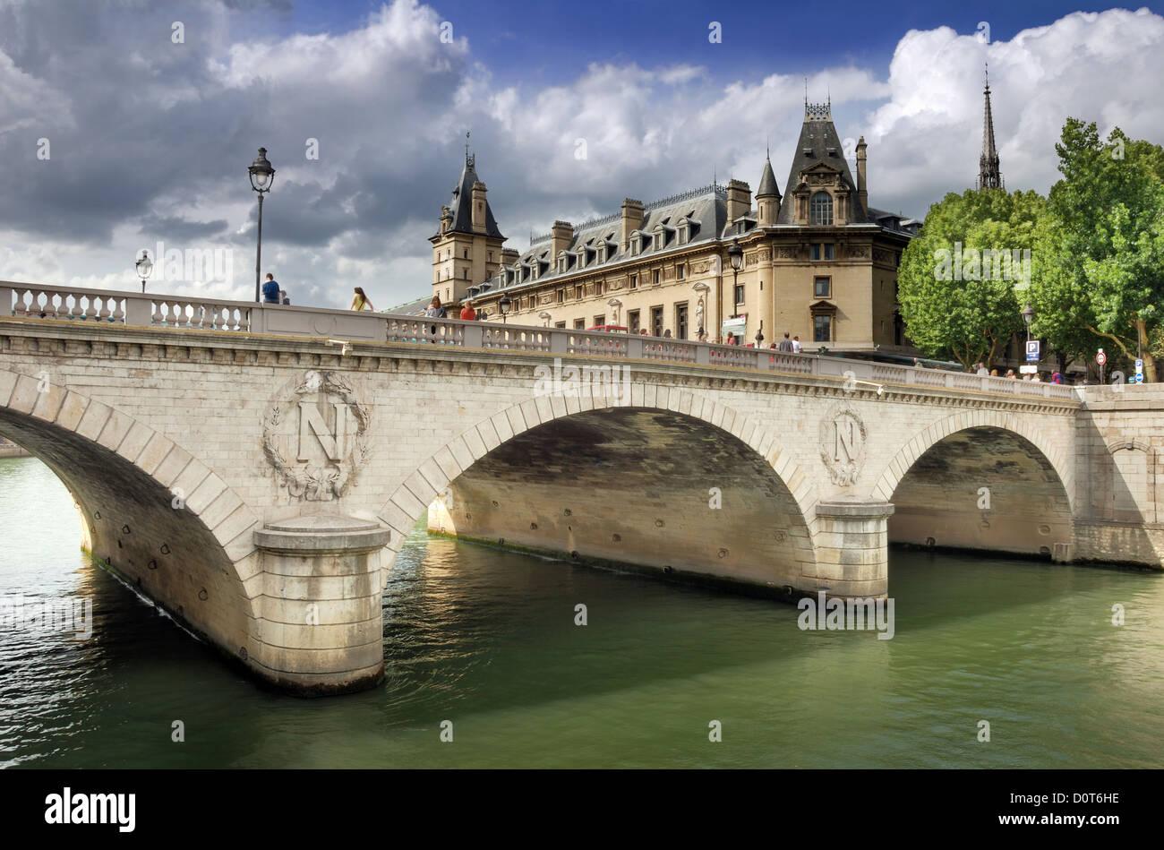 The bridge Pont au Change over river Seine in Paris, France. - Stock Image