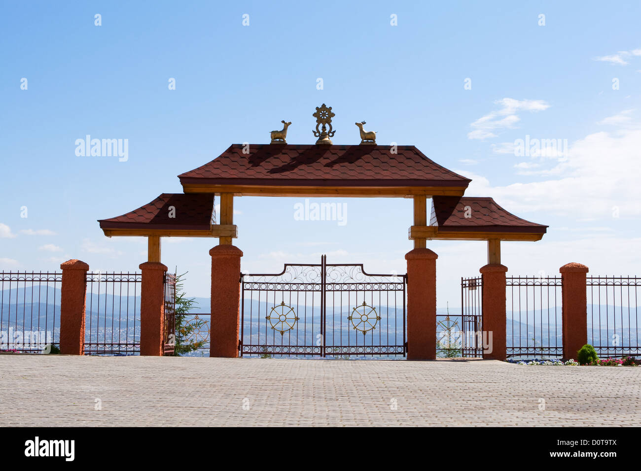 Gate in Buddhist monastery highly in mountains - Stock Image