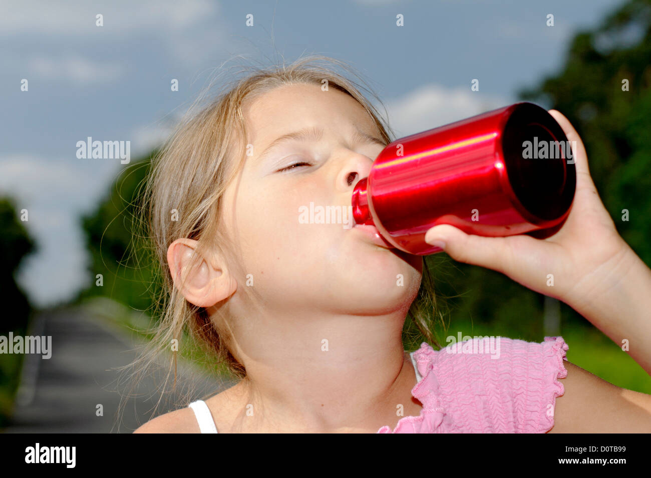 Girls, child, 6, school age, age, water, drink, drinks, outdoors, outside, spare time, sweat, water bottle, dehydrogenate, - Stock Image