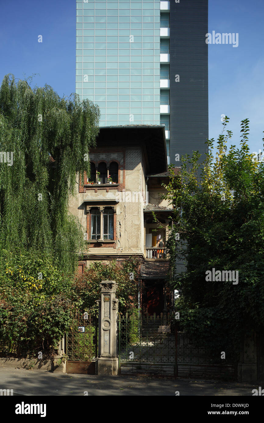 Bucharest, Romania, behind an old mansion is a modern Buerohochhaus Stock Photo
