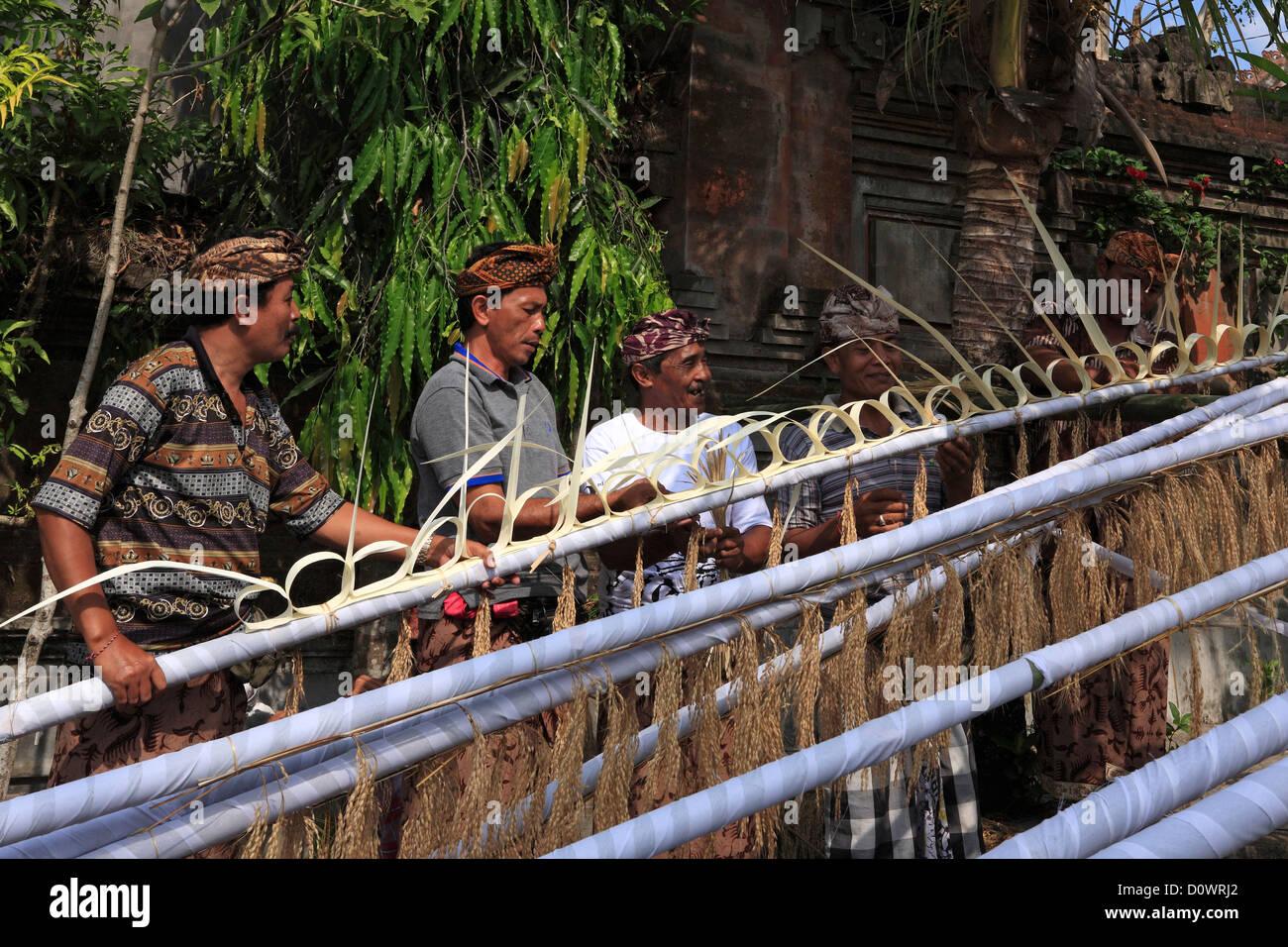 A group of men making Penjors. Pejeng Village, near Ubud, Bali, Indonesia - Stock Image