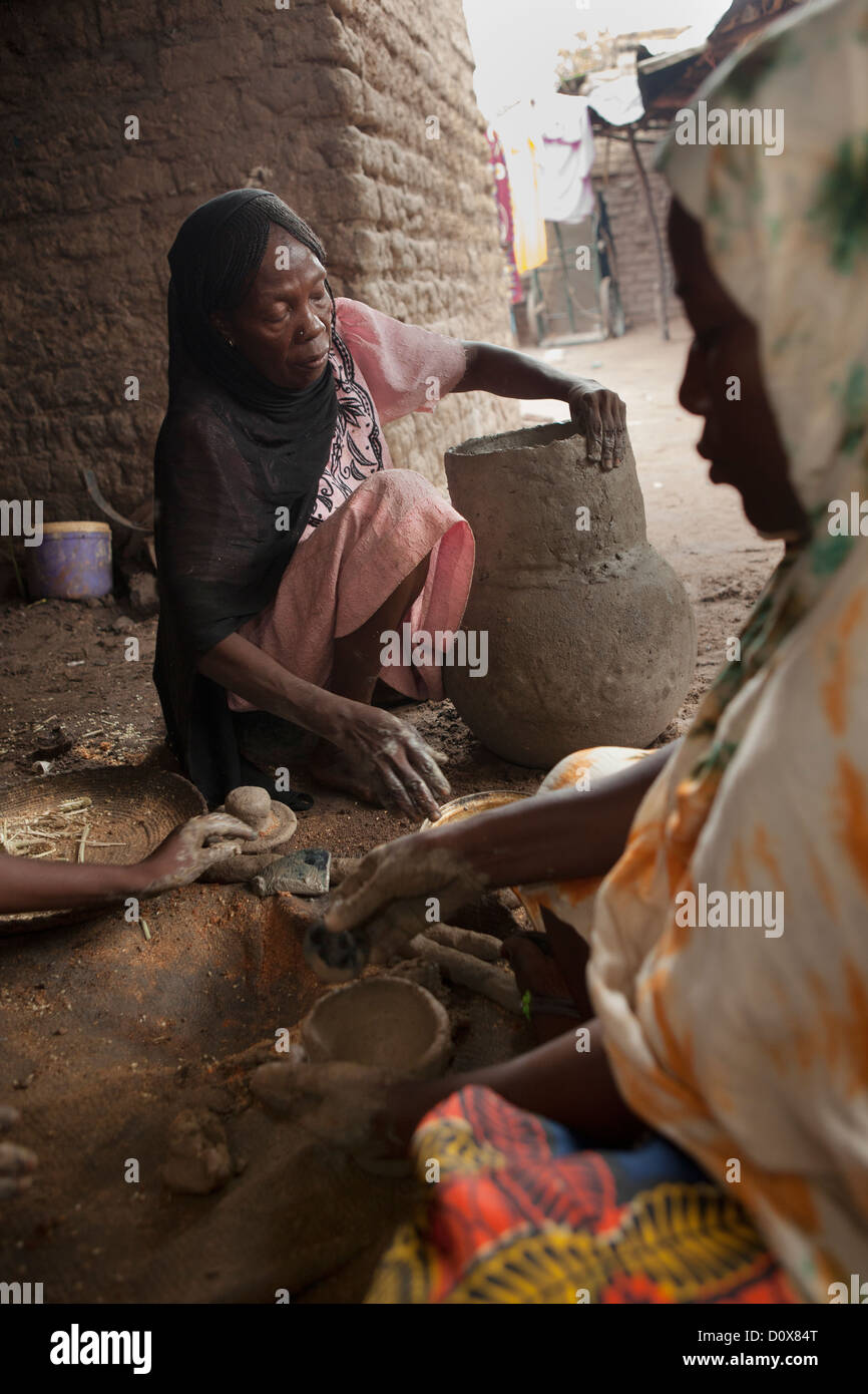 Women work in a pottery cooperative in Doba, Chad, Africa. - Stock Image