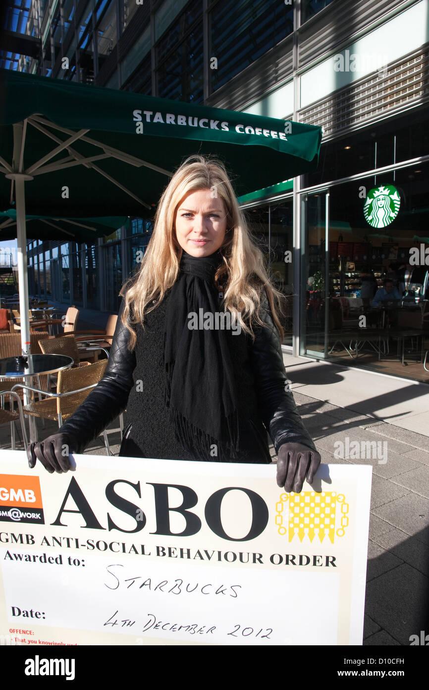 Starbucks Coffee. Chiswick High Road, London, UK. 4th December 2012. GMB union member Lauren Tinney demonstrating - Stock Image