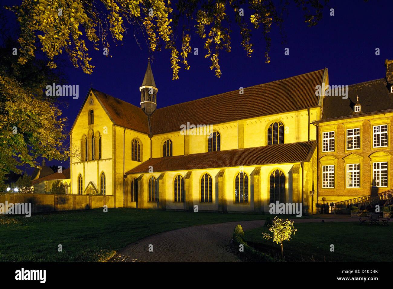 Klosterkirche und Alte Abtei in der Blauen Stunde, Zisterzienserkloster Marienfeld in Harsewinkel, Ostwestfalen - Stock Image