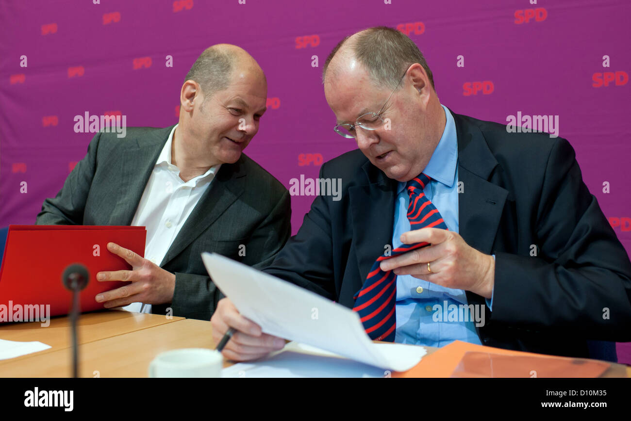 Designated candidate for chancellery, Peer Steinbrueck (r), talks to the first mayor of Hamburg, Olaf Scholz, at - Stock Image