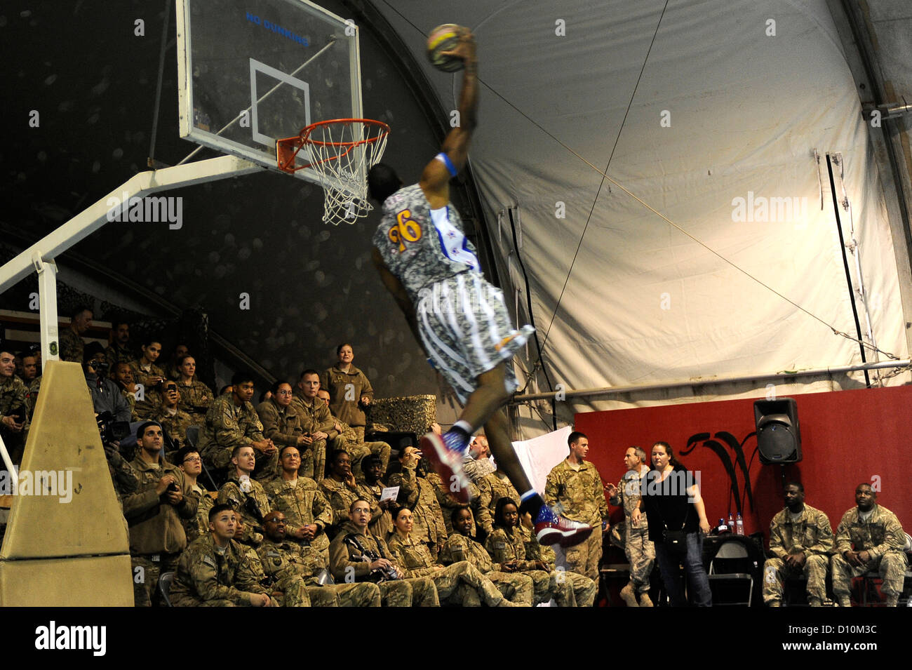 """""""Hi-Lite"""" Bruton lives up to his nickname with his high-flying slam dunk at Bagram Airfield, Afghanistan, Nov. 28, - Stock Image"""