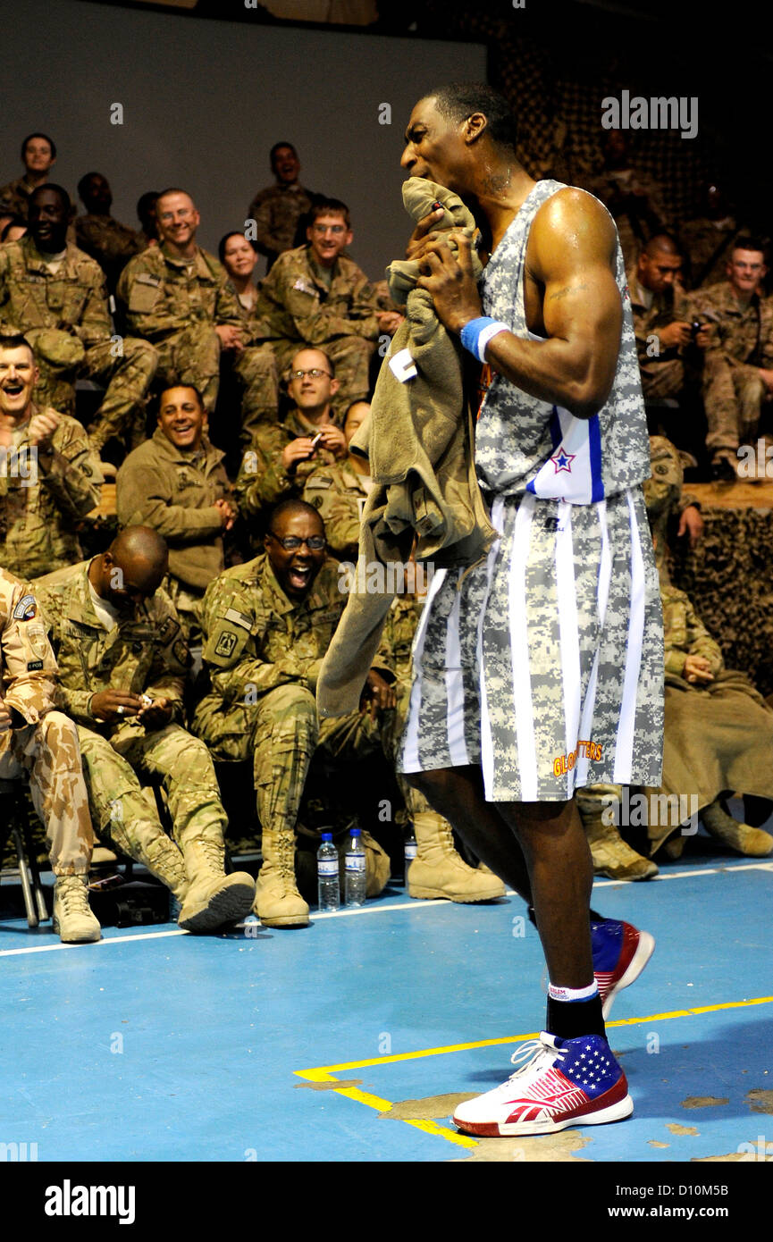 """""""Hi-Lite"""" borrows a U.S. Airmen's jacket to towel off after being doused with water by a fellow Globetrotter at - Stock Image"""
