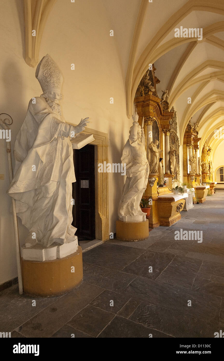 Elk188-3785v Czech Republic, Olomouc, St Michael Church and Dominican seminary, cloister with statuary - Stock Image
