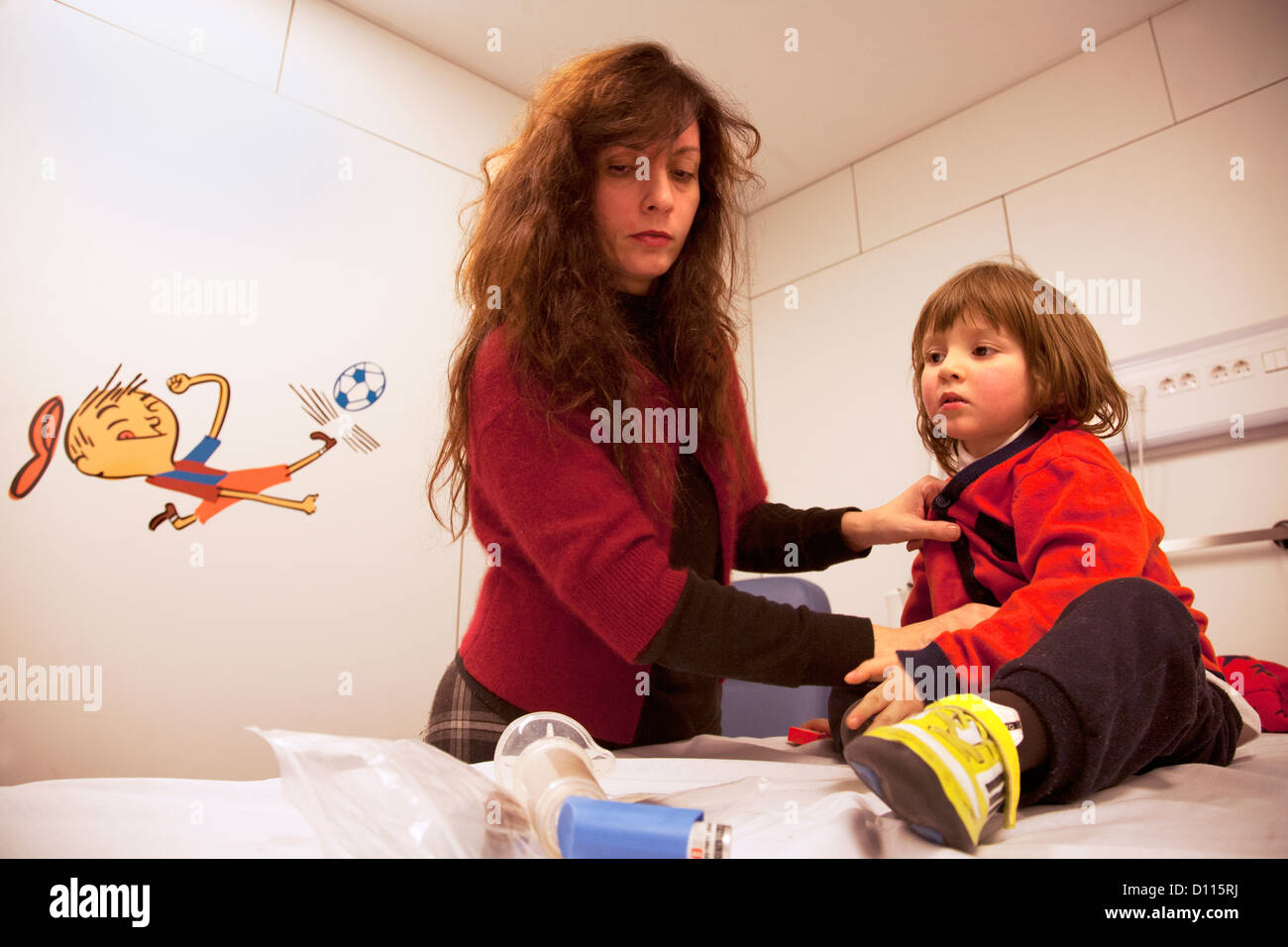Mother with her 4 year old son in hospital - Stock Image