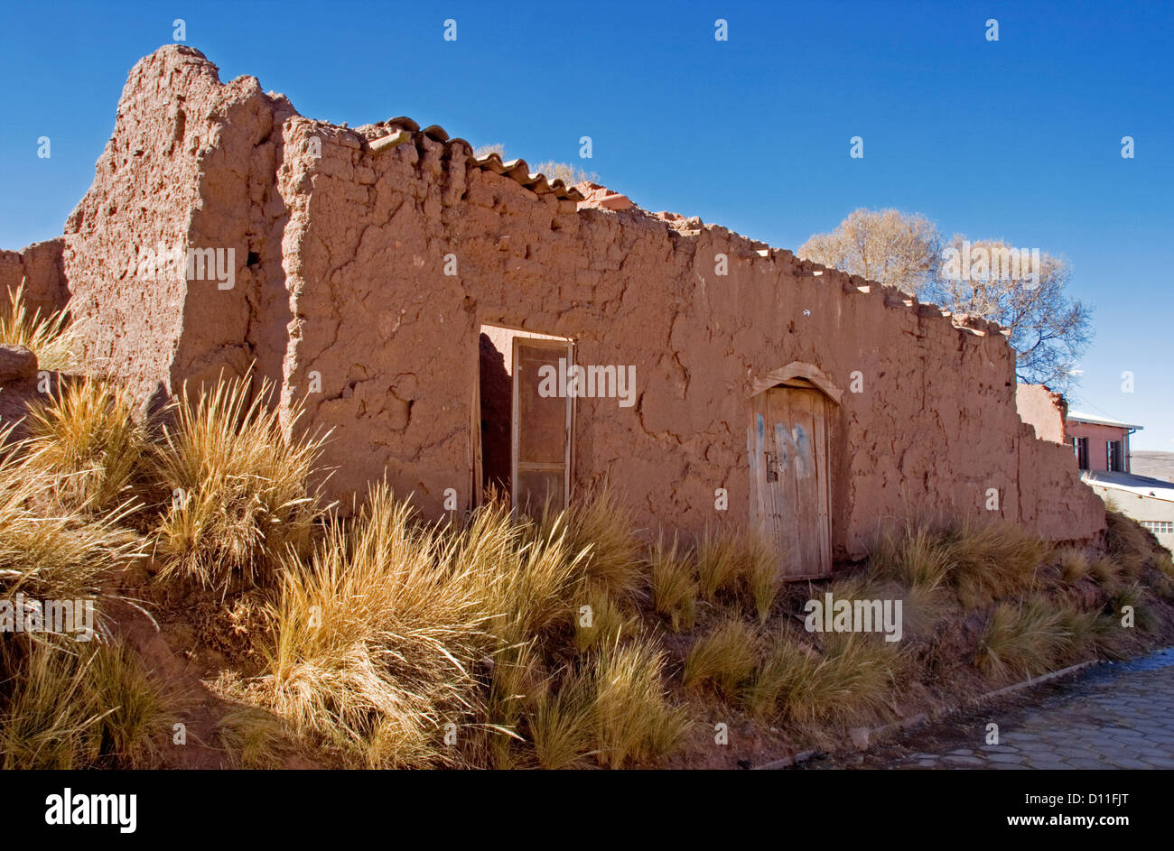 Ruins of adobe / mud brick house at Tiwanaku / Tiahuanacu village in the altiplano of Bolivia South America - Stock Image