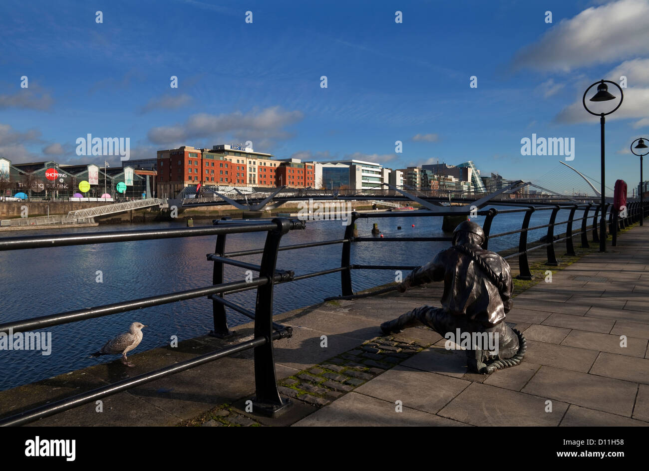 Sculpture of a Docker or Linesman on the regenerated River Liffey Quays, Dublin City, Ireland - Stock Image