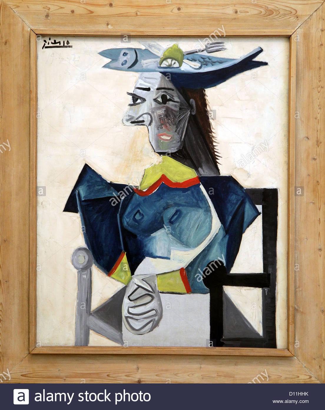 Pablo Picasso: Femme assise au chapeau en forme de poisson, 1942 ...