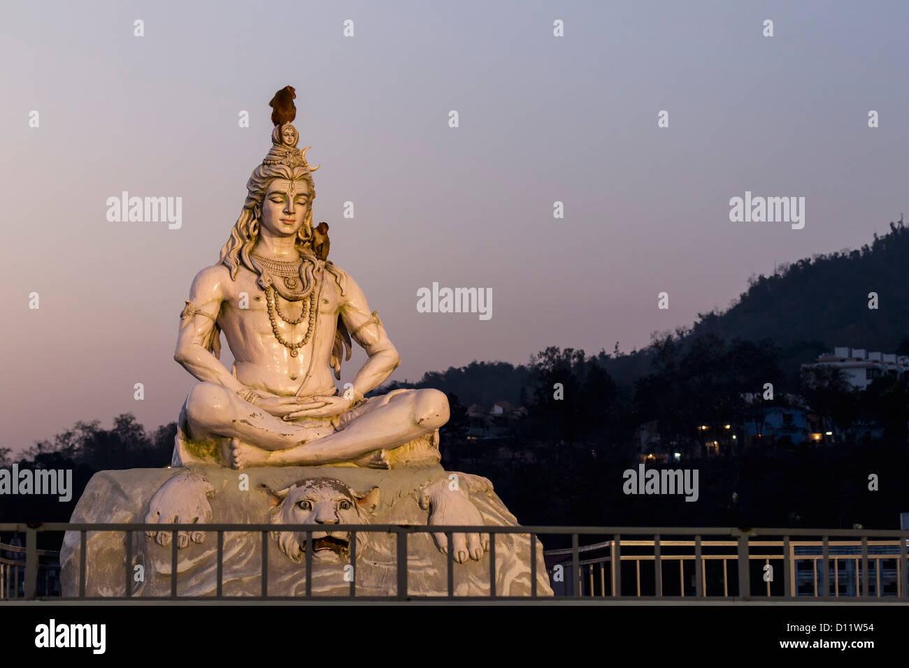 India, Uttarakhand, Rishikesh, Lord shiva statue at River Ganges - Stock Image