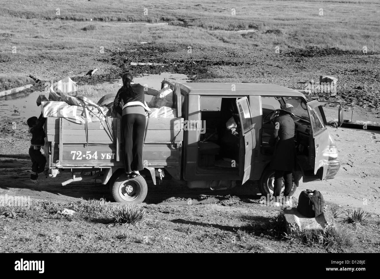 Crossing Khenti, E. Mongolia: re-organising the truck - Stock Image