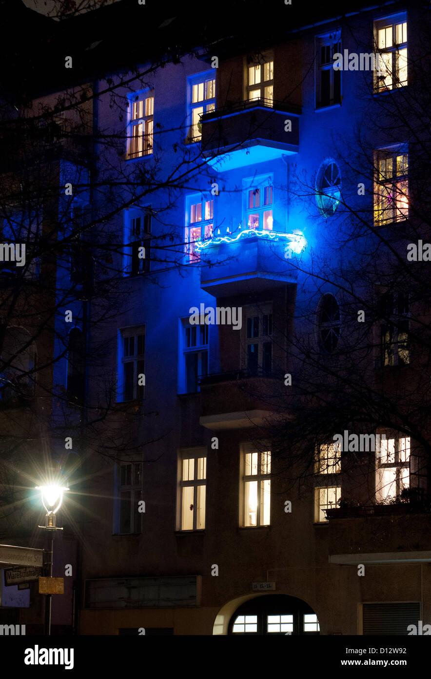 A balcony is illuminated for the Christmas season in Berlin-Neukoelln, Germany, 04 December 2012. Many households - Stock Image
