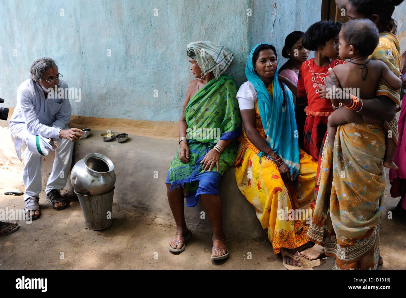 INDIA Chhattisgarh, Prof. Anil Gupta and NGO SRISTI discover on the walking tour Shodh Yatra local knowledge and - Stock Image
