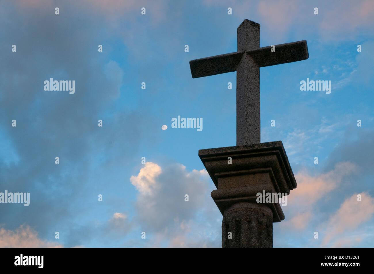 Stone cross against cloudy sky. Candelario, Salamanca province, Castilla Leon, Spain. - Stock Image