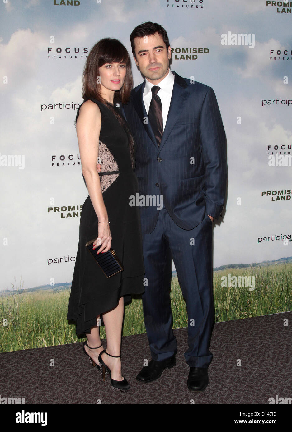 RON LIVINGSTON ROSEMARIE DEWITT PROMISED LAND PREMIERE WEST HOLLYWOOD CALIFORNIA USA 06 December 2012 - Stock Image