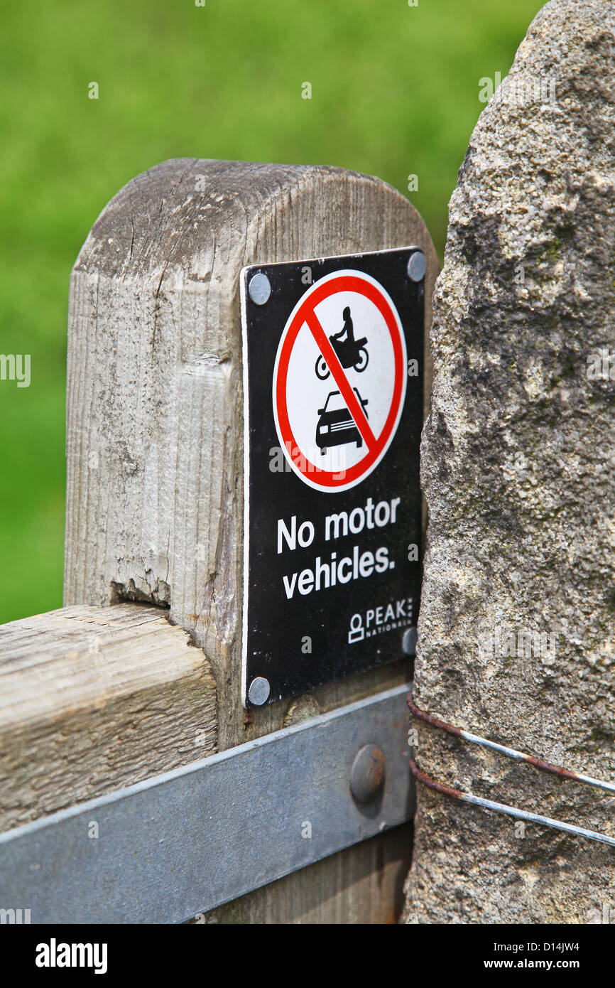 A sign on a wooden gate saying no motor vehicles Peak District National Park Derbyshire England UK - Stock Image