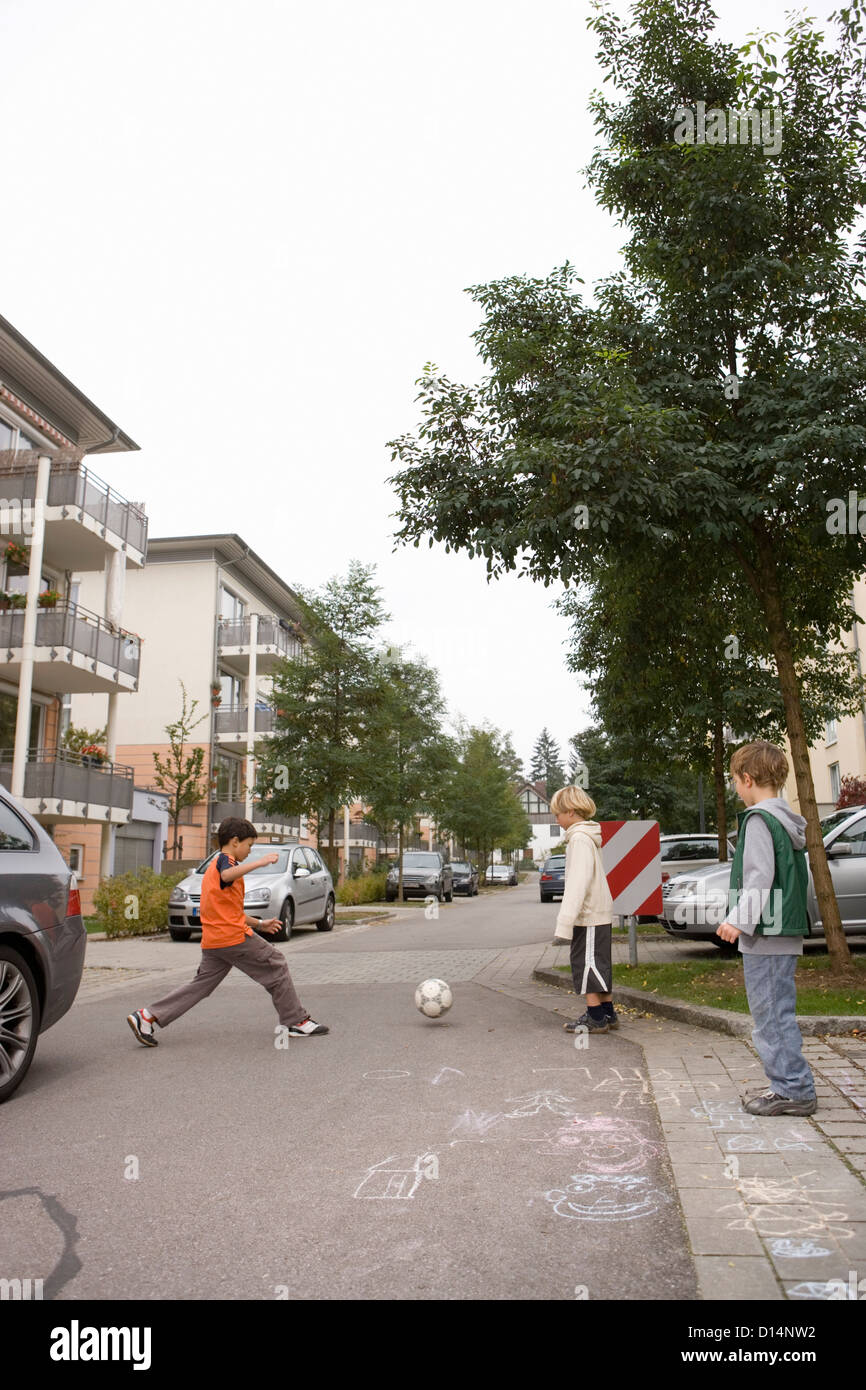 Children playing on suburban street - Stock Image