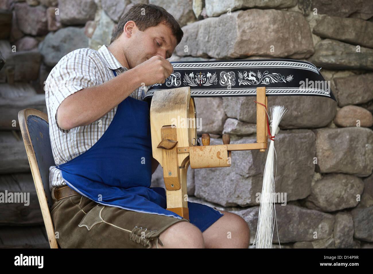 Worker weaving in shop - Stock Image