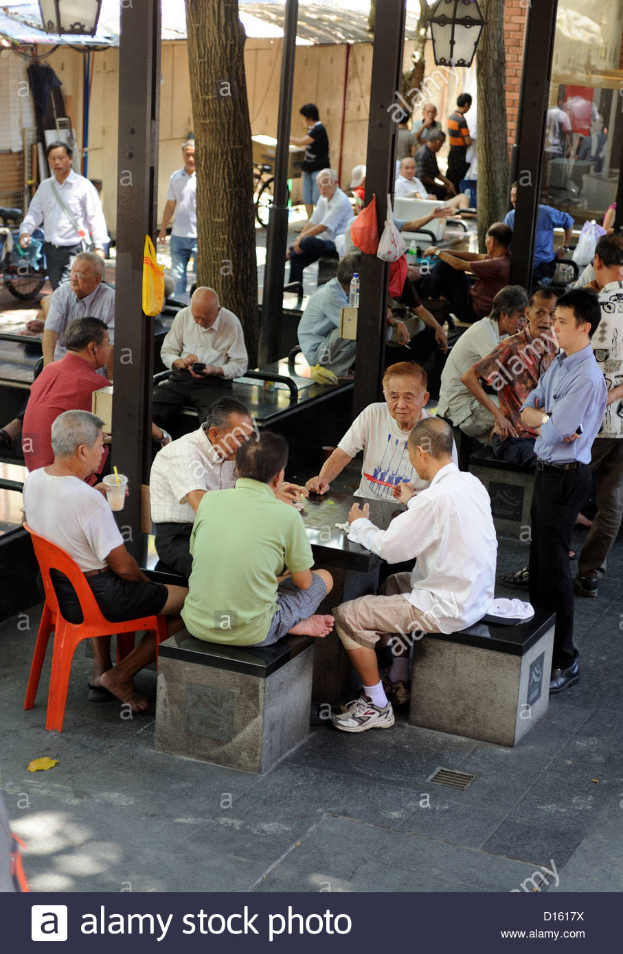 Singapore - Elderly gentlemen play a boardgame (majong?) in Chinatown. - Stock Image