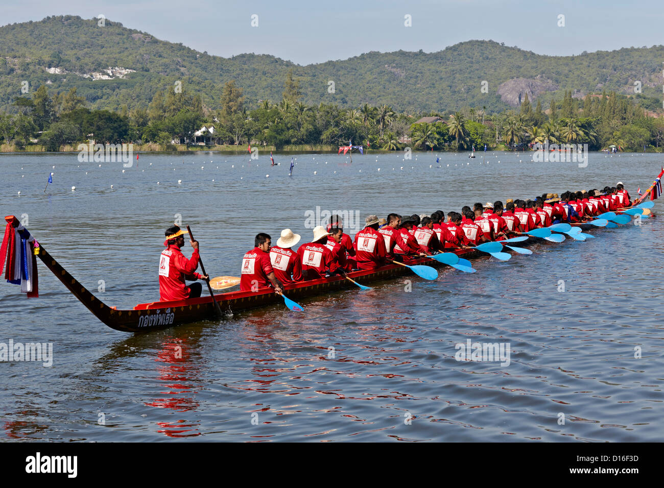Traditional Thai long boat racing vessel and crew. Thailand S. E. Asia - Stock Image